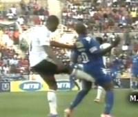 サッカーの試合で近年稀に見る金的蹴りが炸裂してしまう。