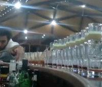 ビリヤードの要領でグラスを倒しドミノ式にカクテルを作る凄技!!